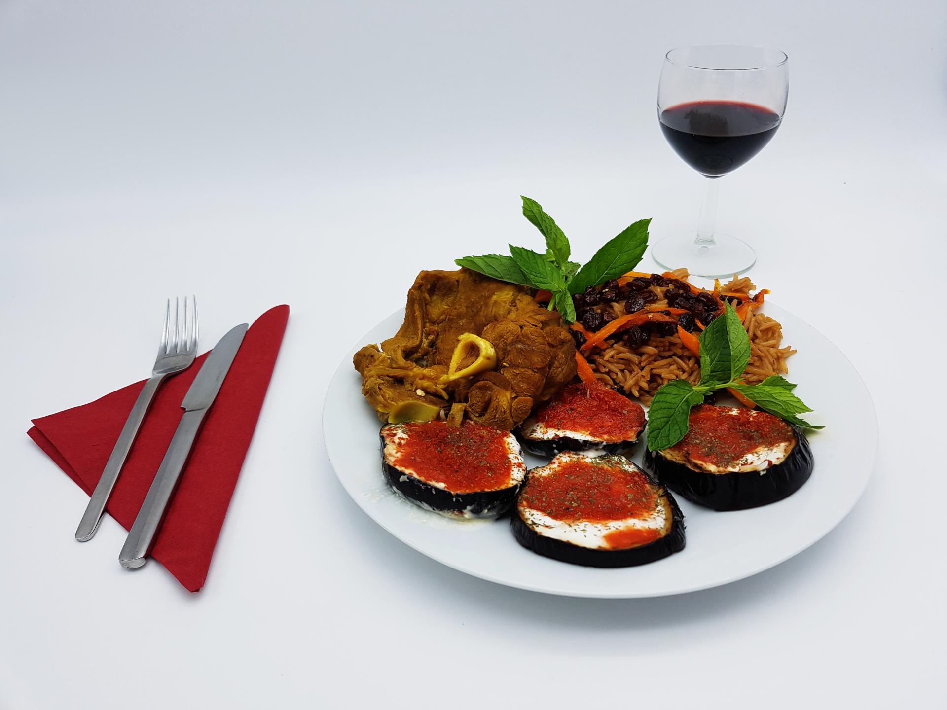 Leckere Auberginen mit Lammgulasch und braunen Basmatireis im Restaurant Kabul in Wuppertal.
