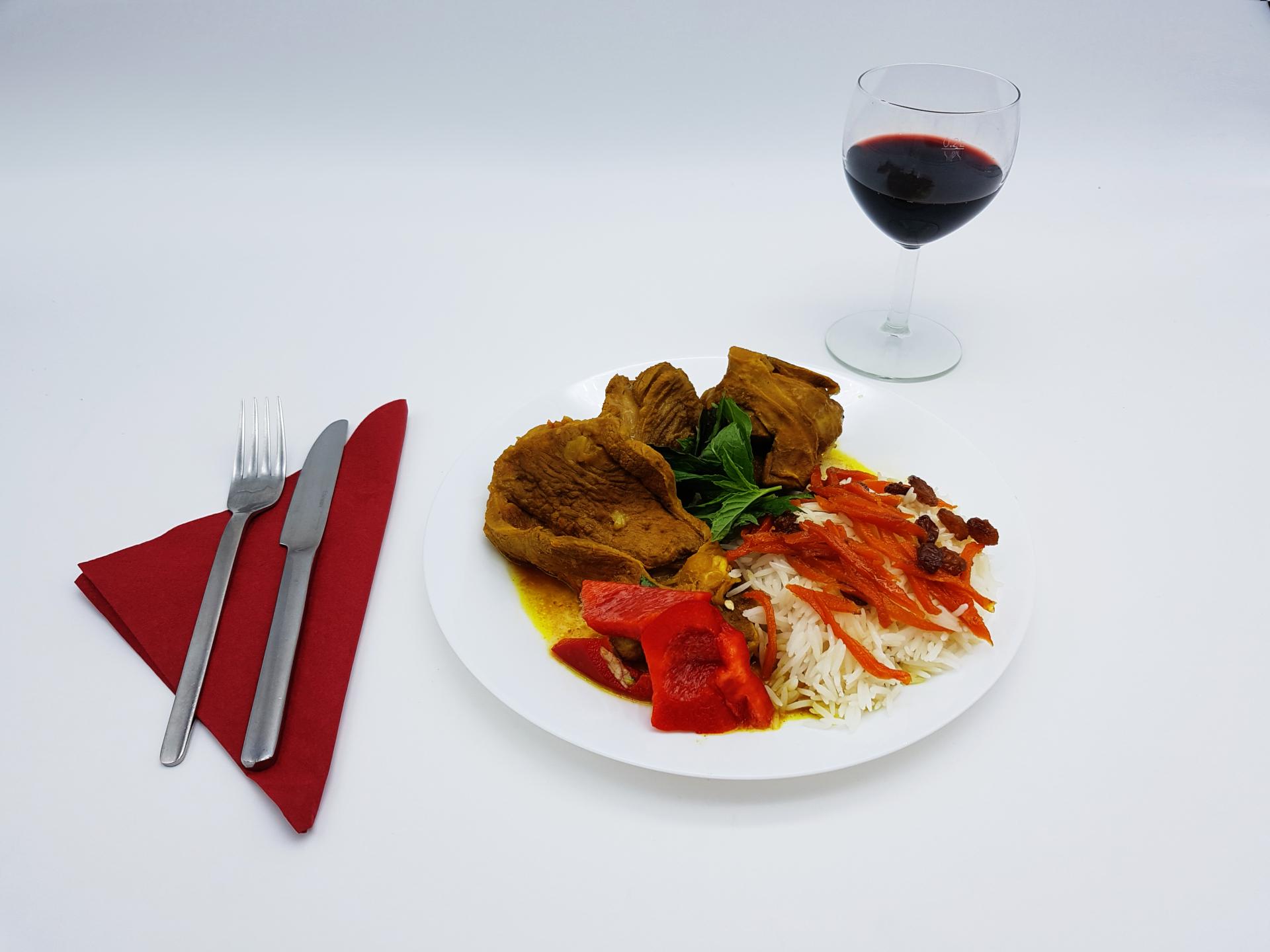 Bei uns im Restaurant Kabul in Wuppertal finden Sie leckeren Lammgulasch mit weisem Reis, Karotten und Rosinen.