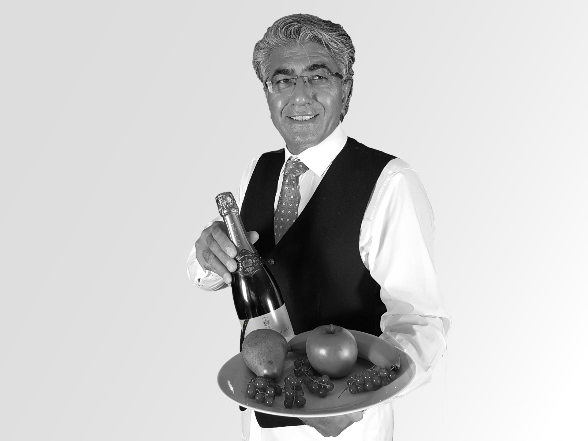 Walid mit Obstteller und Sektflasche