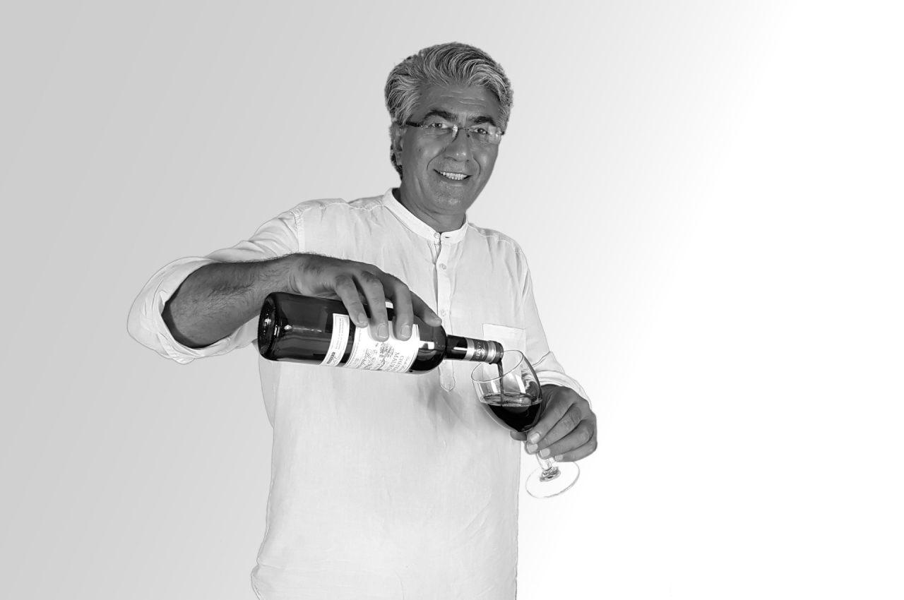 Walid mit Weisglas und Weinflasche